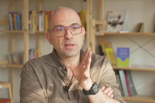 Portrait d'Olivier Ertzschied lors de son entretien pour le MOOC CHATONS